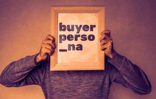 Homem segurando quador no rosto com os dizeres buyer persona.
