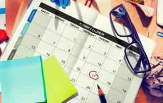 Mesa com papeis e um calendário editorial