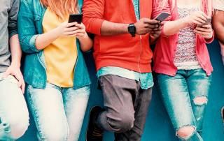 Jovens olhando conteúdos interativos no smartphone